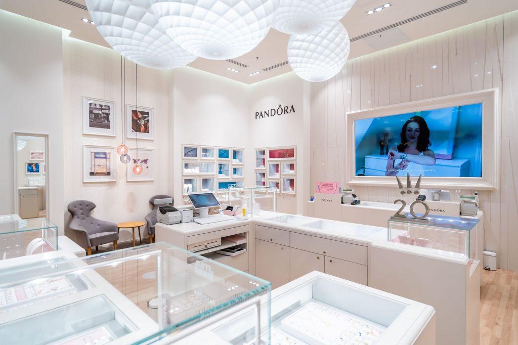 Sesje fotograficzne sklepów i zdjęcia punktów sprzedaży - Pandora - Impatientstudio.pl