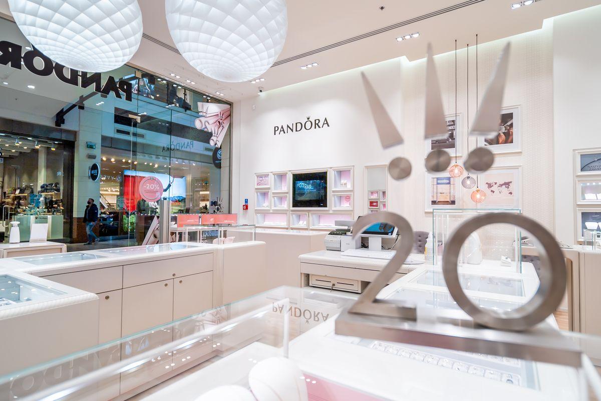 Sesja fotograficzna sklepu z biżuterią Pandora - Impatientstudio.pl-0